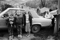 Bertien van Manen, Red and his grandchildren against car, Cumberland