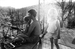 Bertien van Manen, Amanda, Bobby, Megin on porch no.46, Cumberland