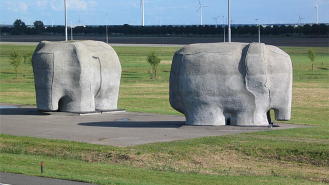Tom Claassen, Elephants (2000) door Tom Claassen.  Vijf olifanten van beton – staat langs de snelweg, bij het kruispunt van de A6 en A27 nabij Almere