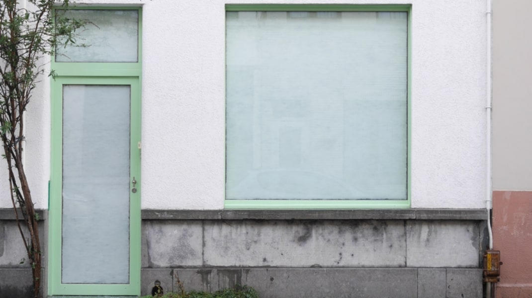 Clary Stolte, 'NIVEA' (2016), buitenaanzicht, nivea crême op glas, Spaceburo Antwerpen