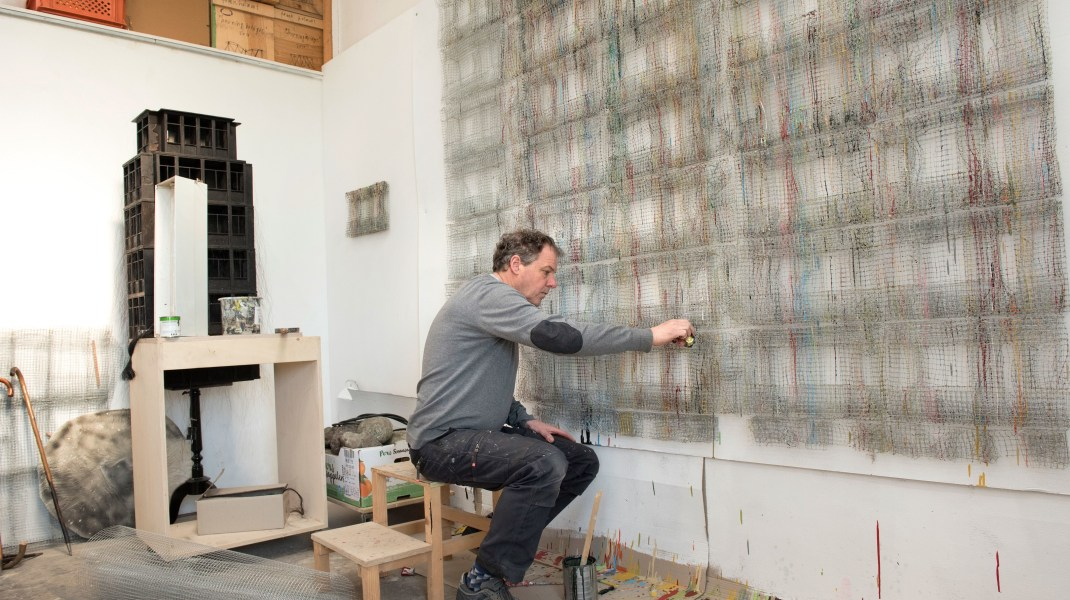 Frank Halmans, Frank Halmans in het atelier. Foto door: André Smits / ARTISTSINTHEWORLD