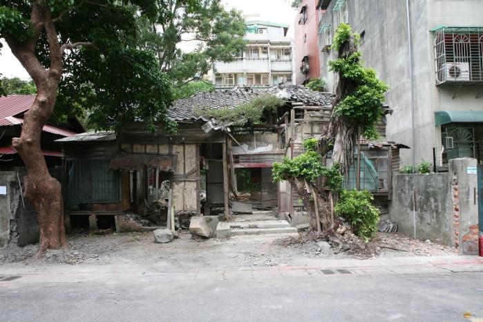 Lara Almarcegui, Removing  the  outside  wall  of  a  ruined  house,  Taipei