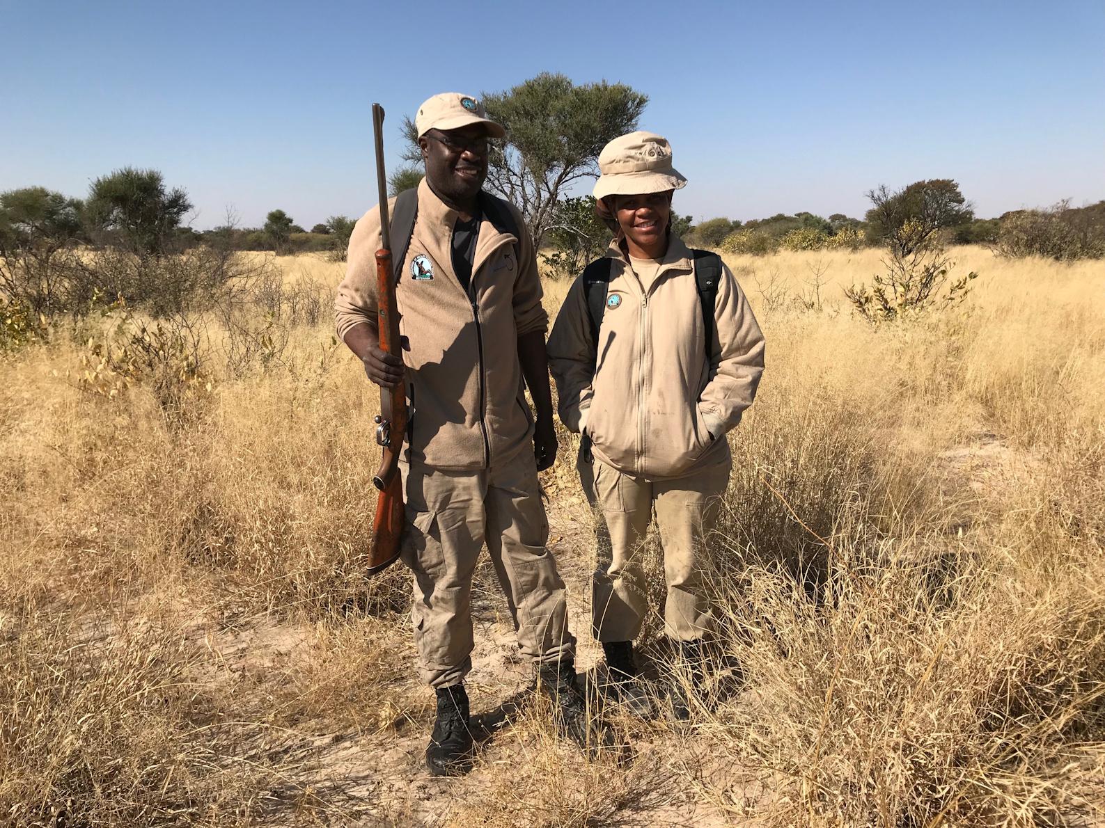 Puistonvartijat Matshelo Makondo ja Sarah Tsenene.