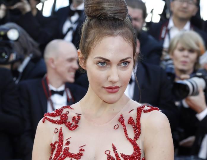 «Далека от султанши»: стилист осталась недовольна платьем Узерли с полупрозрачным корсетом