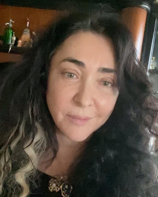 Певица Лолита во время карантина самостоятельно покрасила себе волосы
