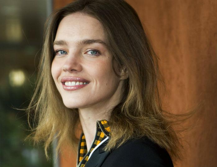 «Вечная девочка»: 38-летняя Водянова запечатлела себя в свитере без макияжа и укладки