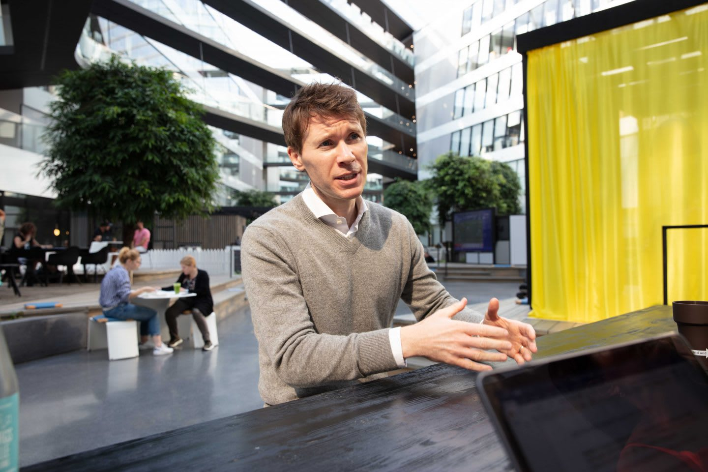 Man sitting at desk gesturing in work environment, Dr Lee Jones, Aktiv against cancer, cancer research, oncology exercise, physical activity, adidas Headquarter, Herzogenaurach, adidas, GamePlan A