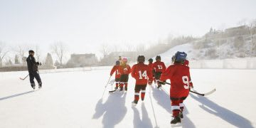 Coach on the lake coaching kids icehockey