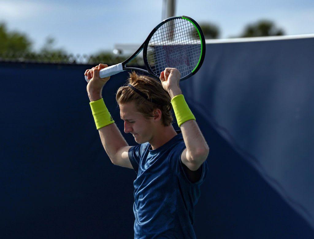 Sebastian Korda puts racket over the head. Tennis, Sebastian Korda, mindset, motivation