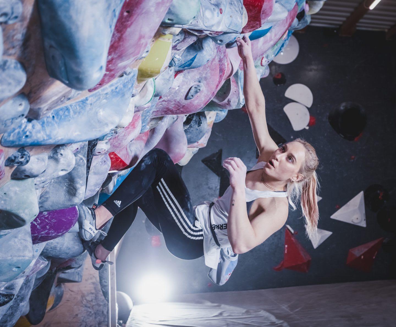 Janja Garnbret bouldering indoor. Janja Garnbret, climbing, bouldering, slovenian climbing team,