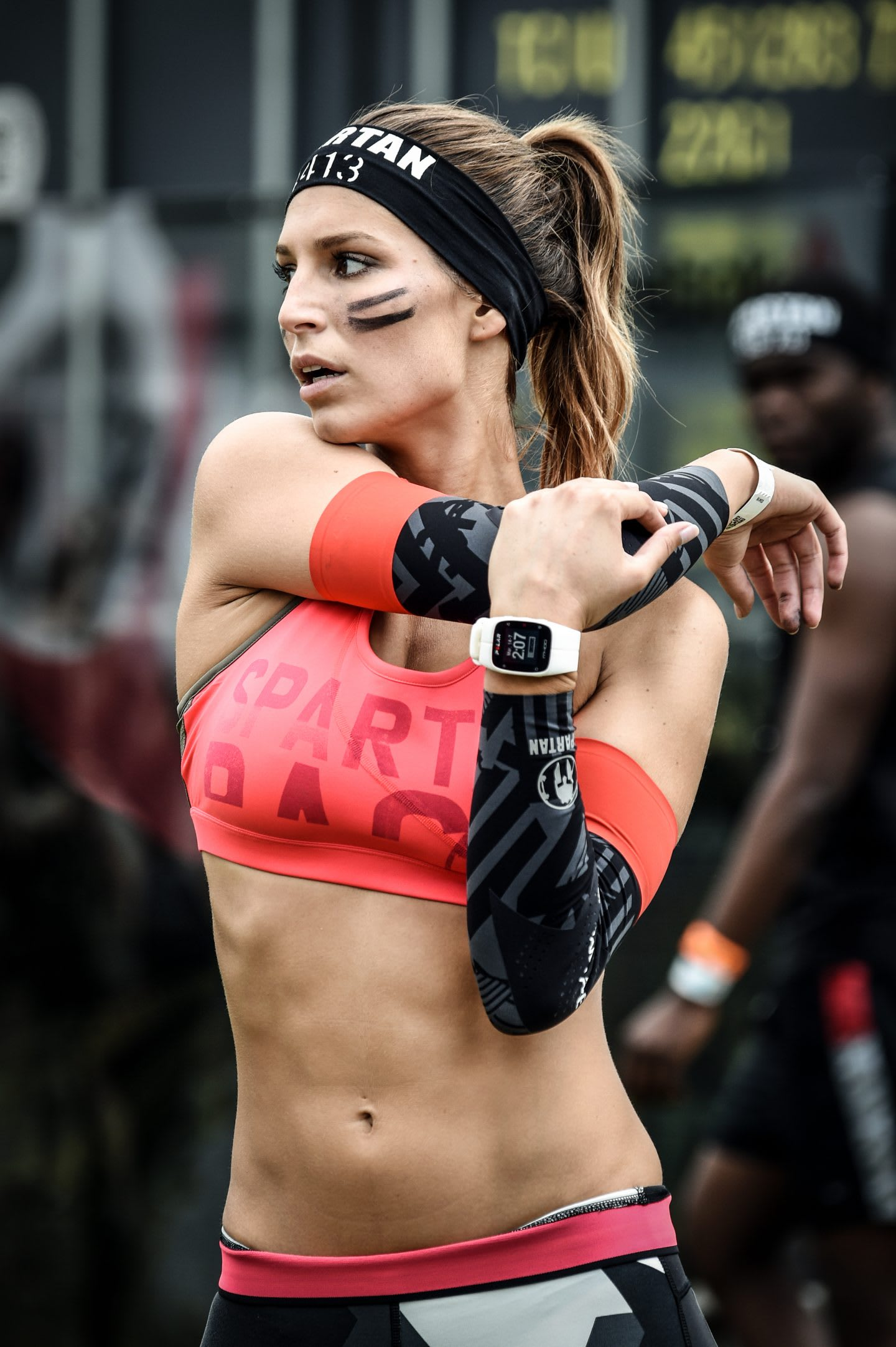 woman stretching sportswear spartan racer Laury Thilleman