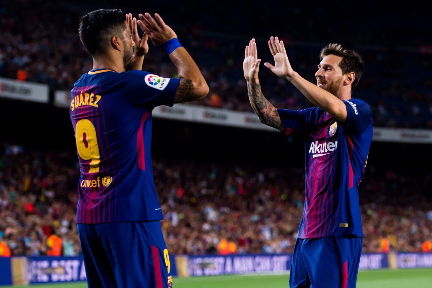 FC Barcelona v Chapecoense_football player_high five