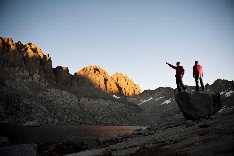 freedom_teamwork_hiking_montains_sunset_dessert