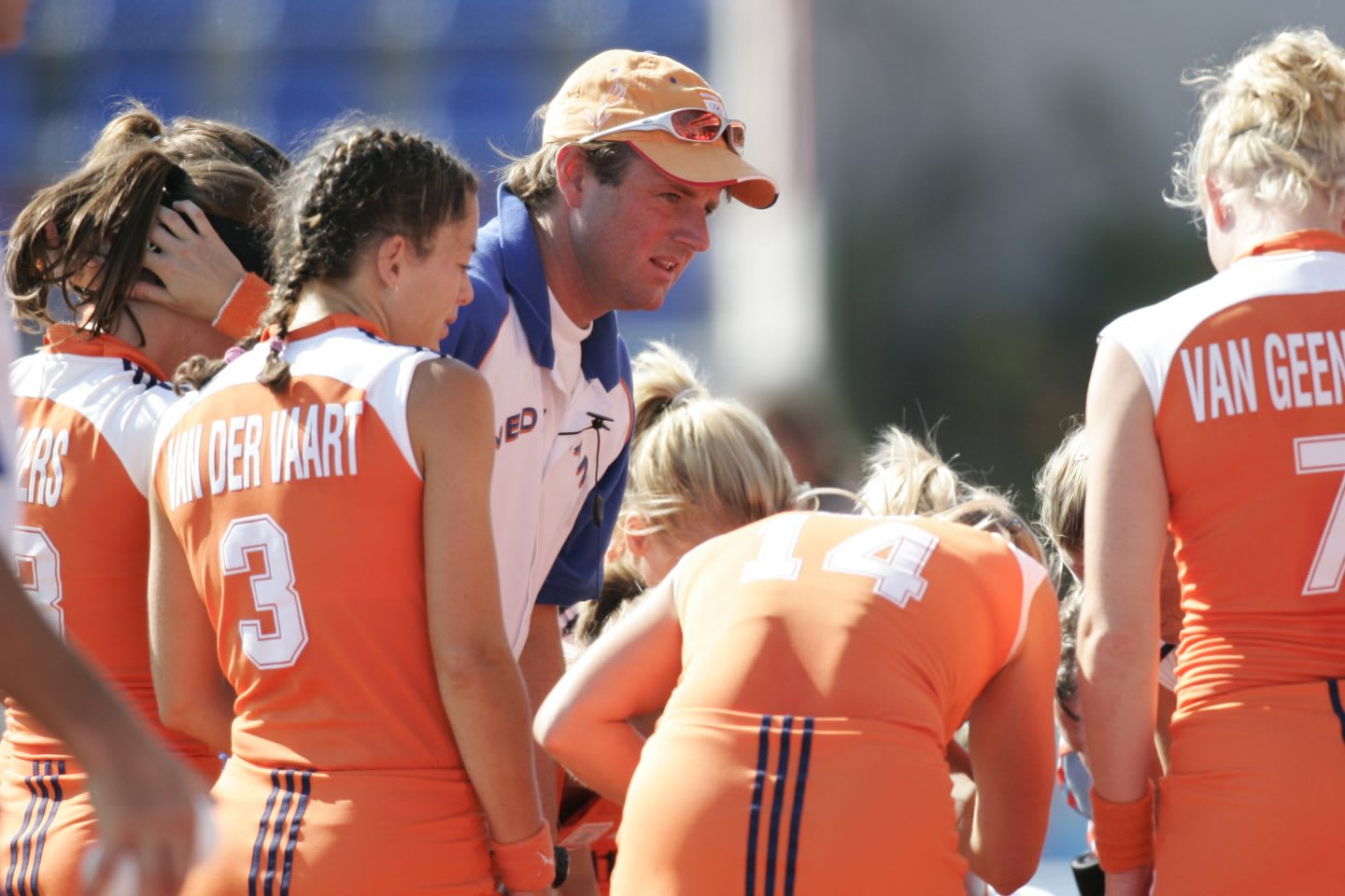 Hockey coach Marc Lammers is coaching the Dutch women's team. Marc and his players are gathered in a circle.