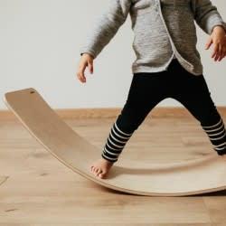 Yoga para niños con la tabla de equilibrio
