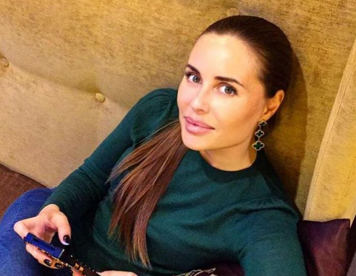 «Ослепительно красива»: Михалкова выделила зону декольте изысканным платьем-бюстье