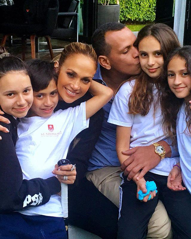 Как с обложи журнала! Дженнифер Лопес сияла счастьем на редком семейном фото