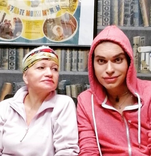 65-летняя жена Гогена Солнцева устроилась на работу курьером