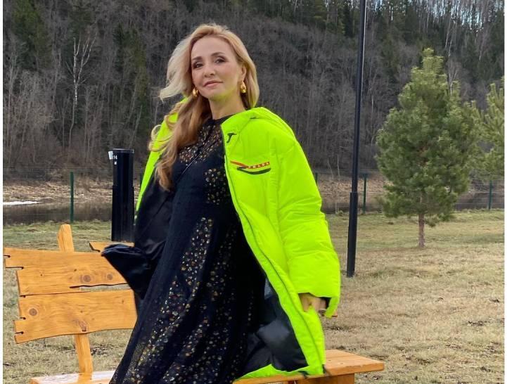 Без макияжа и с улыбкой: Татьяна Навка брючном костюме цвета халвы отметилась на работе