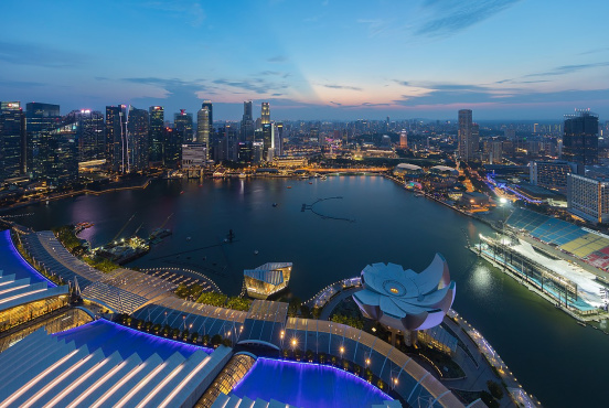 Singapore's Central Business District at dusk, from the sky observation deck of the Marina Bay Sands Hotel (Basile Morin/CC BY-SA 4.0)