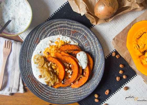 Potimarron rôti aux épices, crème ciboulette, oignons et lentilles corail