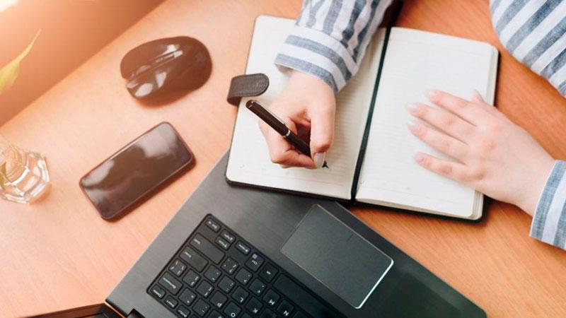 Empreendedor fazendo anotações