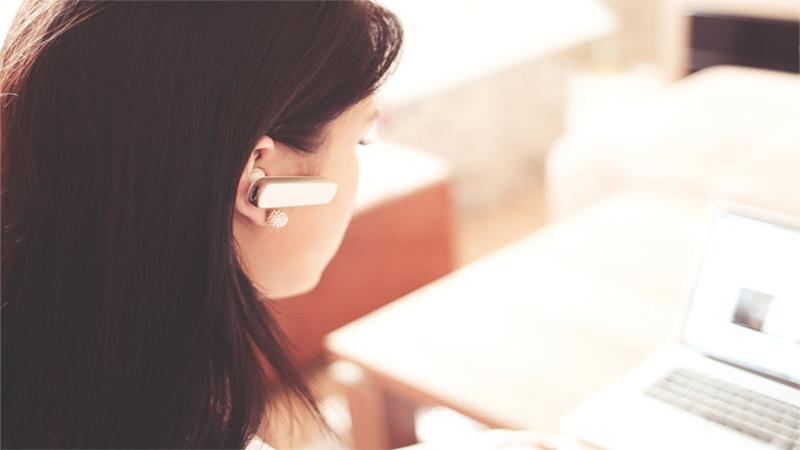 Operador de telemarketing trabalhando em casa