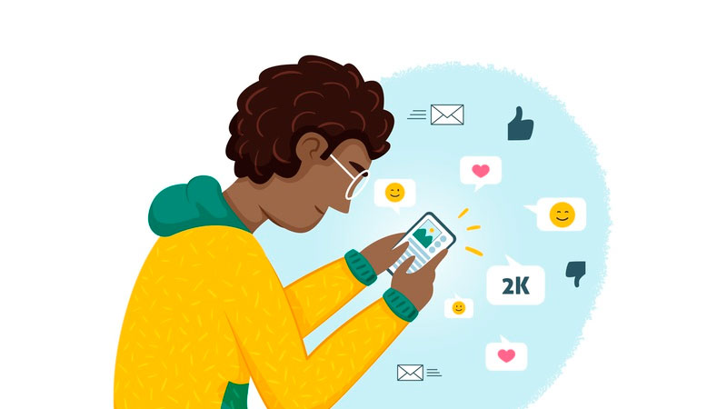 gestor de redes sociais trabalhando em casa com seu smartphone