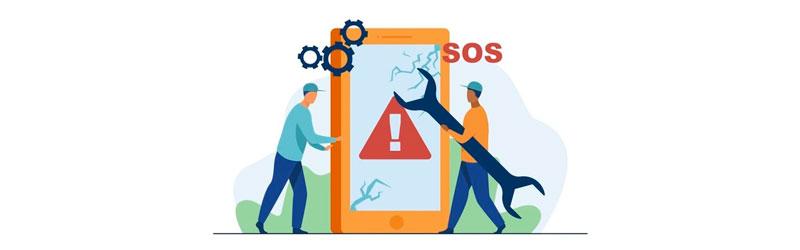 Profissionais consertando celular com a tela quebrada
