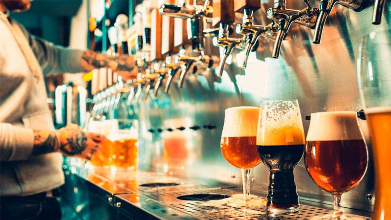 Balcão com cervejas artesanais
