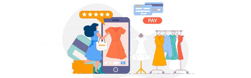 Mulher escolhendo as roupas de um brechó através do smartphone
