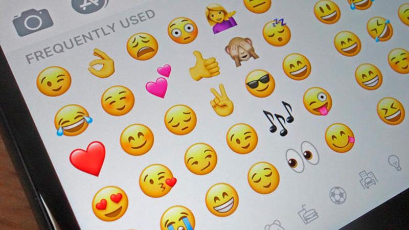 Janela de uma conversa no celular com vários emojis
