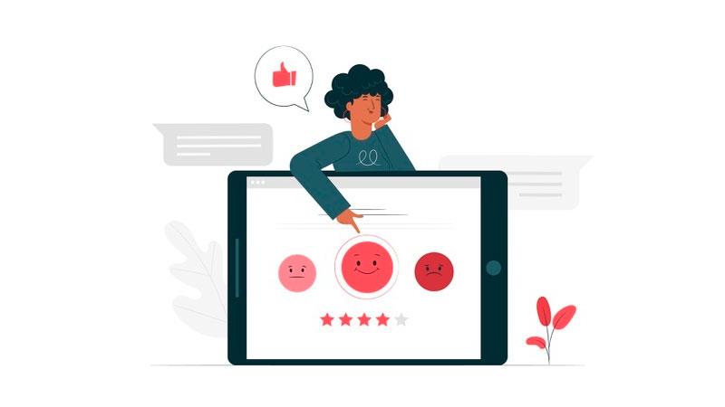 mulher clicando em uma resposta postiva em uma tela com uma pesquisa de satisfação