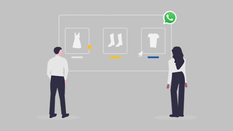 Clientes fazendo compras por uma vitrine virtual no Whatsapp