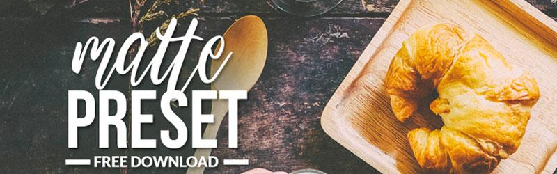 Mesa com uma colher e prato quadrado de madeira, com um croissant