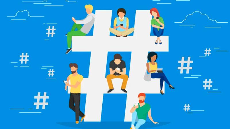 Pessoas usando redes sociais próximas a uma hashtag no meio da tela