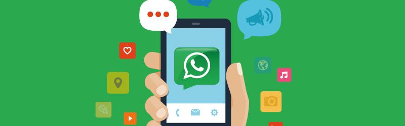 Uma arte de um celular com o símbolo do WhatsApp no centro e vários balões de mensagem e áudio.