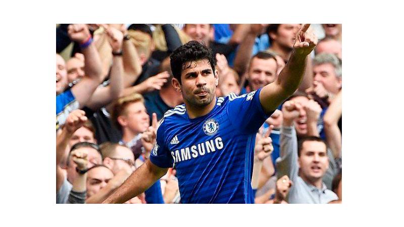 Jogador do time Chelsea exibindo a camiseta do time com os logos da Samsung e da Adidas