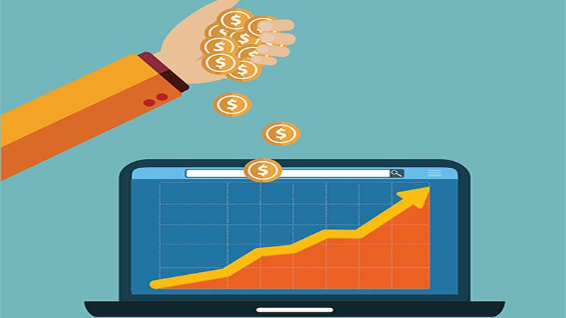 Ilustração de uma mão derrubando moedas em um notebook com um gráfico crescente na tela