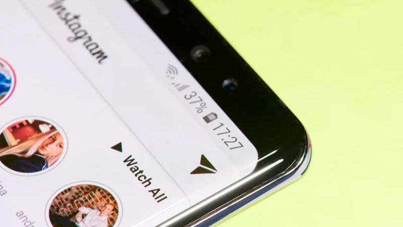 Foto de um celular aberto no Instagram focando o ícone de Mensagens diretas