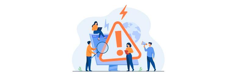 Colaboradores conferindo um computador com o ícone de erro
