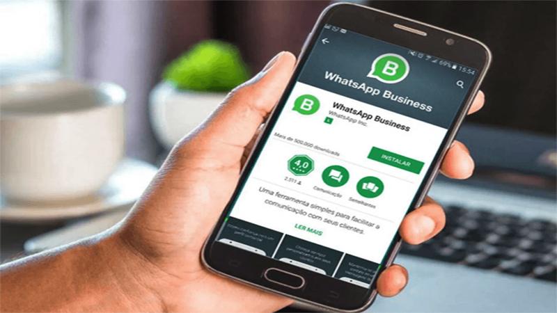 Foto de uma mão segurando um Smartphone com a tela de download do WhatsApp Business