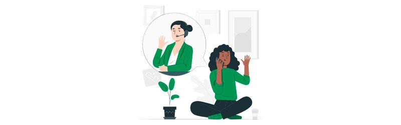 Consumidora sentada em casa, conversando por telefone com uma atendente de um call-center