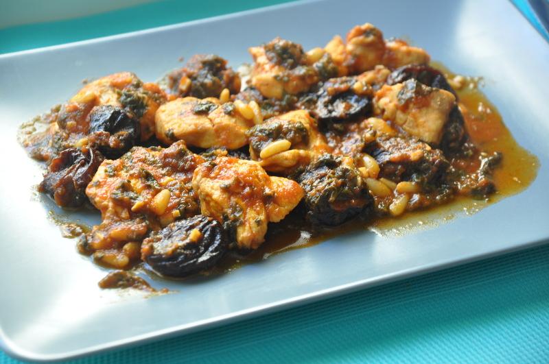 Receta fácil de pollo con ciruelas y piñones