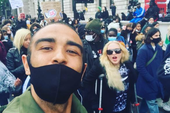 Мадонна на костылях примкнула к протестующим в Лондоне