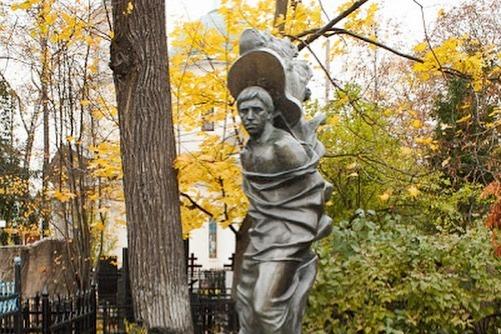 Никита Высоцкий объяснил скандальную замену головы у памятника на могиле отца