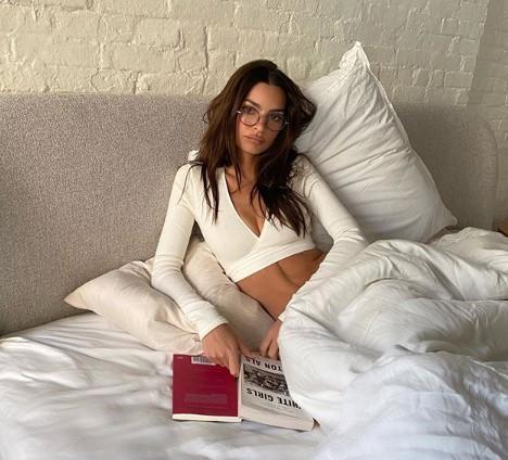 Эмили Ратаковски показала обнаженную грудь на новом фото