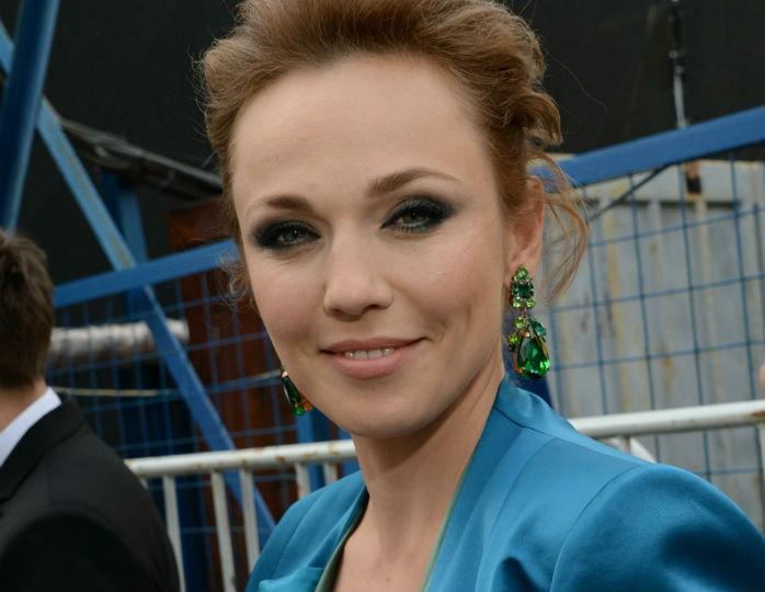 Леди на карантине: Джанабаева в бархатном костюме цвета фуксия сверкнула грудью