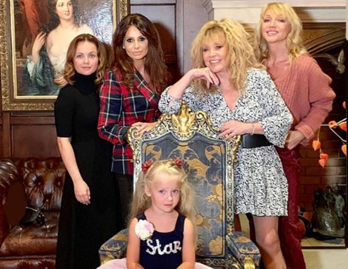 Мамина принцесса: Лиза Галкина облачилась в алое многослойное платье из органзы