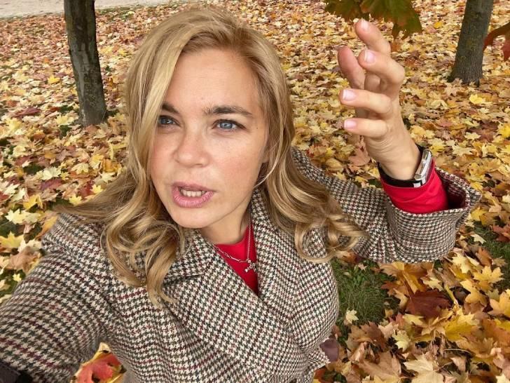 «Что так красиво-то?»: Ирина Пегова в приталенном жакете в клетку и платке предстала на променаде